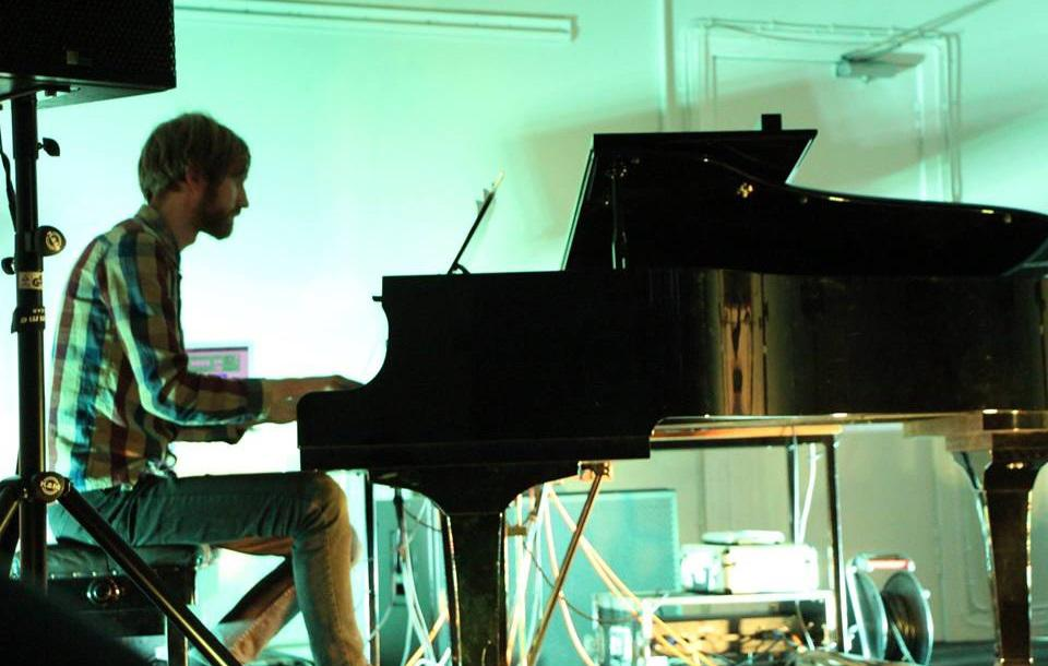 Photo of Mikael Lund performing at his piano